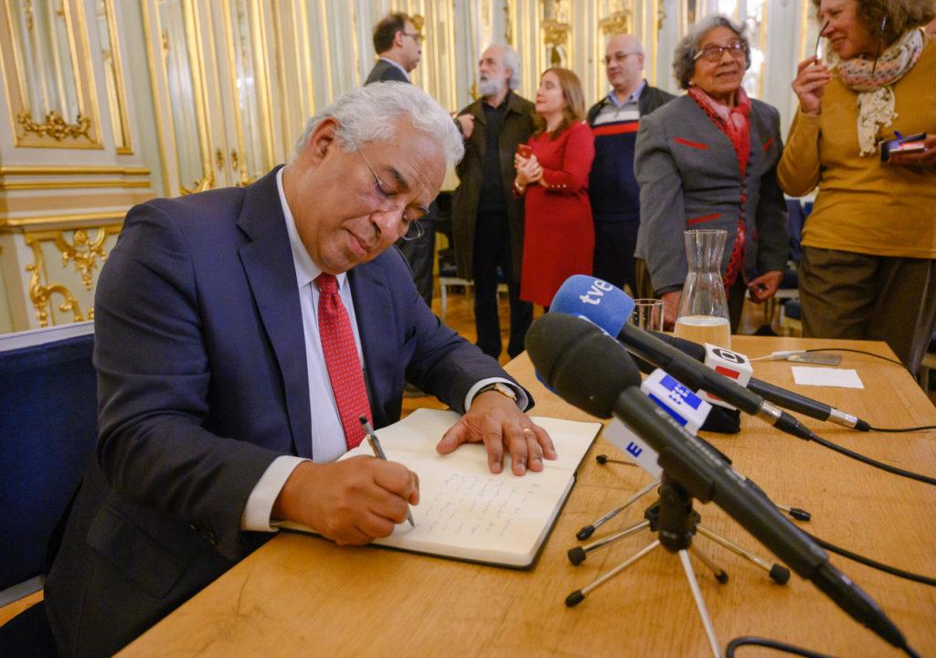 Primeiro-ministro assinou o livro de honra da AIEP | Foto: Horacio Villalobos