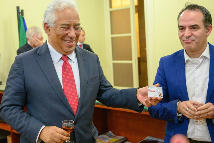 António Costa e o presidente da AIEP, Levi Fernandes, na reabertura da sala da imprensa| Foto: Horácio Vilallobos