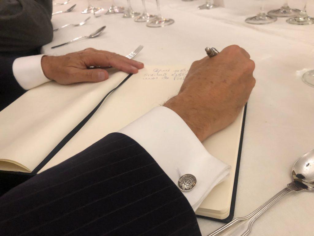 Marcelo Rebelo de Sousa assina o livro de honra da AIEP