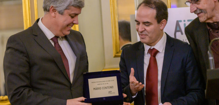 O ministro Mário Centeno recebe o prémio Personalidade do Ano 2018 das mãos do jornalista Mario Dujisin, fundador da AIEP   Foto: Horacio Villalobos