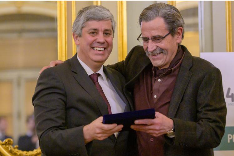 Mário Centeno recebe prémio de personalidade do ano da AIEP